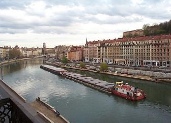 20. Regardez le bateau qui passe sur la rivière!