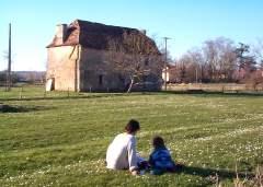 1. Une dame et un petit garçon regardent tranquillement le paysage